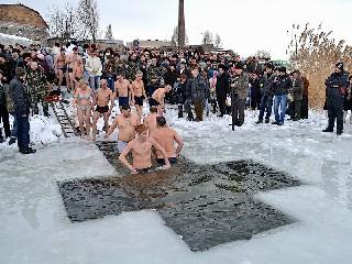 Первые пошли Крещение в Торезе 19 января 2013 года на Новой плотине
