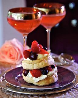 Безе с ягодами и сливками