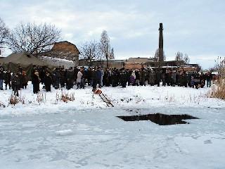 У проруби Крещение в Торезе 19 января 2013 года на Новой плотине