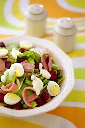 Салат со свеклой, горошком и ветчиной