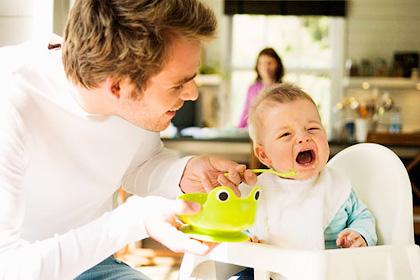 Почему после кормления ребенок плачет?