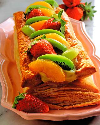 Слоеные пирожные с фруктами