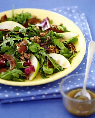 Салат с грушами, беконом и грецкими орехами