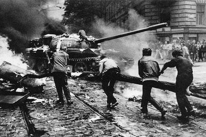 Жители городов собирали митинги, блокировали шоссе, бросали в танки камни и бутылки с зажигательной смесью