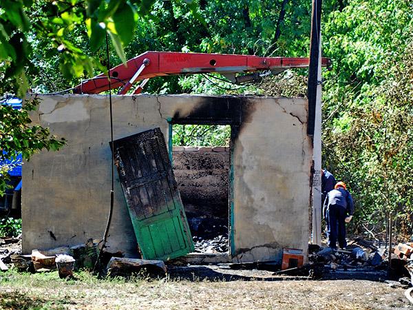 Пострадали постройки, находящиеся неподалёку от горевшего дома - Пожар на улице Ленина 6 сентября 2012 года - Форум Сириус - Торез