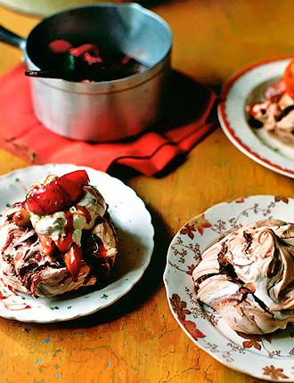 Шоколадные меренги с яблочно-грушевым вареньем - лакомство из Итона