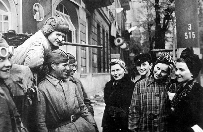 Первый день мира в Берлине. Советские солдаты общаются с мирными жителями - Красный рассвет. Почему СССР не захватил всю Европу в 1946 году?
