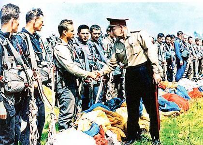 Командующий советскими воздушно-десантными войсками генерал армии Василий Маргелов