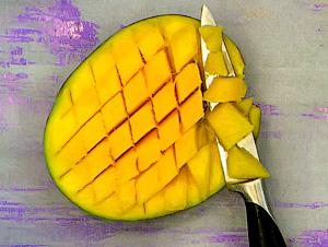 Надавите со стороны кожицы манго