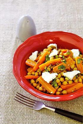 Морковь с нутом и фетой