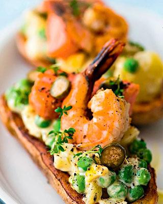 Горячий оливье с креветками, лососем и нежным яичным соусом - Вкусные новогодние блюда