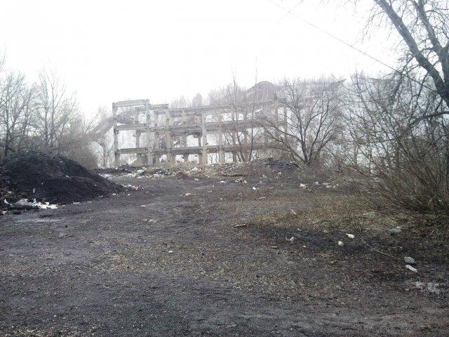 У террикона, в тумане - Посёлок шахты 3-БИС. Город Торез