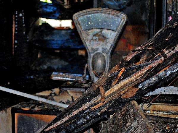 Полностью сгорел торговый дом Калач - Пожар на улице Ленина 6 сентября 2012 года - Форум Сириус - Торез