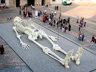 28-метровый скелет, выставленный в Национальной галерее современного искусства в Риме, создан художником Джино Де Доминиси - Находки останков огромных скелетов людей. Исчезнувшие великаны Америки - Форум сириус - Торез