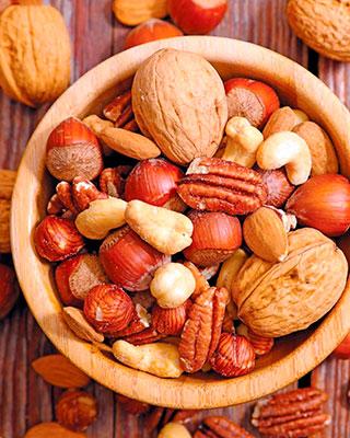 Орехи и семечки: малышу можно или нельзя?