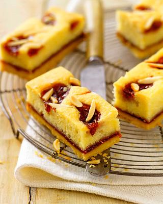Миндально-малиновые пирожные