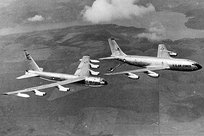 Самолет-заправщик Boeing KC-135A-BN Stratotanke и бомбардировщик Boeing B-52G