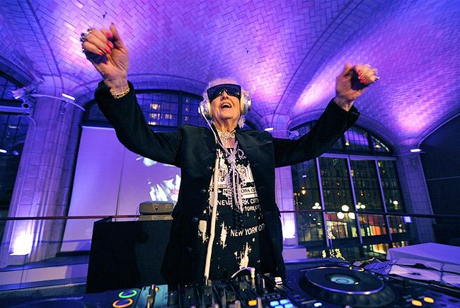 Стать диджеем в возрасте 69 лет - не вполне обычное дело - DJ Mamy Rock: Бабушка-диджей - Форум Сириус - Торез
