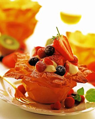 Чашечки с ягодами и сливками