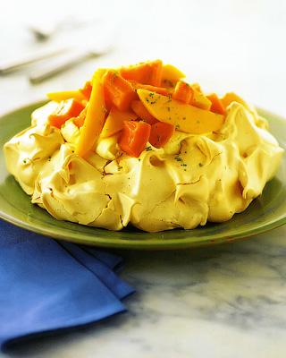 Торт «Павлова» с манго и папайей