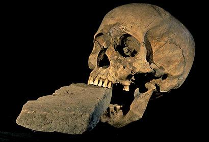 Желая обезвредить оживающего мертвеца ему в рот засовывали камень - Встающие из гроба. Вампиры - миф и реальность - Форум Сириус - Торез