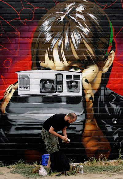 Американский художник Блейк Бермел заканчивает работу над росписью стены в Остине - Шедевры городских улиц. Граффити - художники вне закона