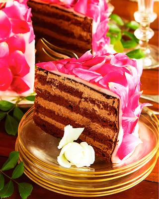 Торт «Мокко» с лепестками роз
