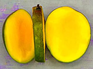 Срежьте мякоть манго