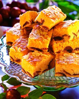 Пирог со сливами и миндалем