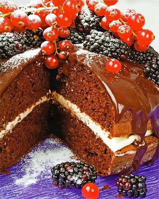 Торт с шоколадом и ягодами