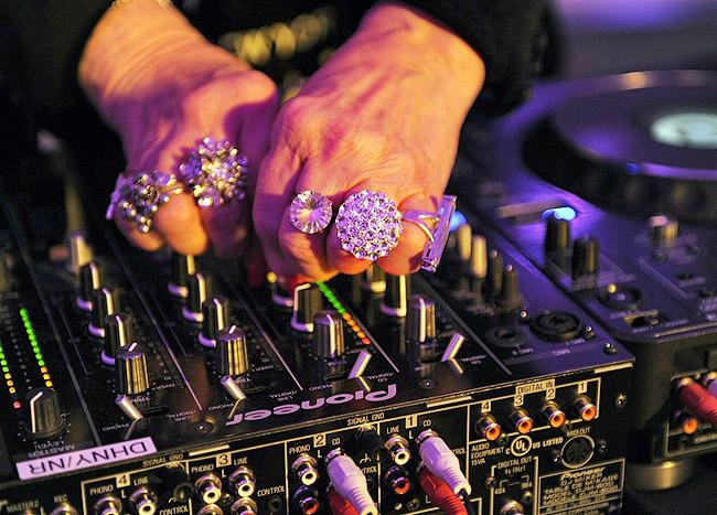 В тот вечер вышибалы даже не хотели Рут пускать из-за ее почтенного возраста - DJ Mamy Rock: Бабушка-диджей - Форум Сириус - Торез