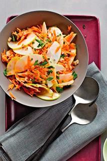 Яблочно морковный салат с поджаренной кокосовой стружкой