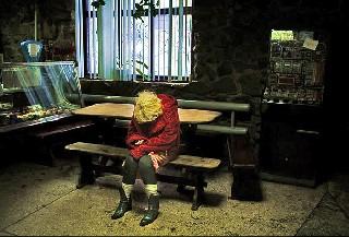 Молодая наркоманка дремлет в кафе Carolyn Drake фоторепортаж о Торезе World Press Foto 2007