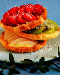 Трио тарталеток с фруктами   Шелковисто блестящая клубничка  киви и груши на традиционных французских тарталетках с кремом