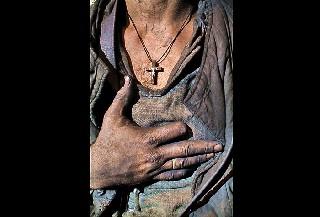 Шахтёр  который потерял палец во время аварии на шахте  возвращается домой со смены Carolyn Drake фоторепортаж о Торезе World Press Foto 2007