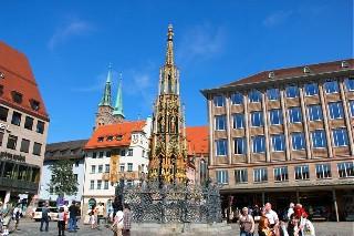 В старом городе  Старинный колодец  Германия  Нюрнберг