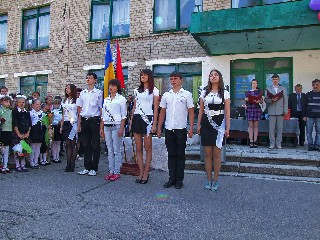 Знаменоносцы стоят смирно   играет гимн  Ще не вмэрло  последний звонок в 1 школе 2010