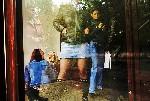 Студенты пропускают занятия  чтобы болтаться у входа в магазин Carolyn Drake фоторепортаж о Торезе World Press Foto 2007