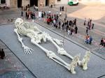 28 метровый скелет  выставленный в Национальной галерее современного искусства в Риме  создан художником Джино Де Доминиси