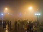 Народ подходит Встреча Нового 2012 года на центральной площади Тореза