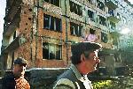 Безработные шахтёры стоят возле дома  у которого коммунальные услуги были отключены после закрытия шахт  Carolyn Drake фоторепортаж о Торезе World Press Foto 2007